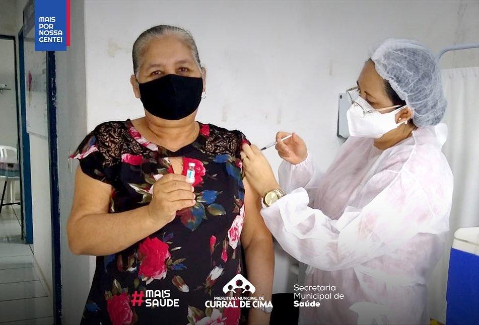Curral de Cima vacina pessoas com 23+ em 4 pontos